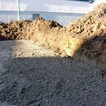Das Material ist beim Abrütteln an einigen Stellen einfach so im Boden verschwunden, weshalb die zuvor kalkulierte Menge nicht ausgereicht hat.