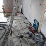 Um das Verlegen der Fußbodendämmung abschließen zu können, musste erst alles aufgeräumt werden und auch die Abdeckung des Kellerabgangs musste natürlich weichen.