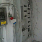 Der Schaltschrank wurde endlich vom Elektriker montiert, nun kann die Elektroinstallation weitergehen.