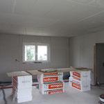 Ein Blick in die fertig beplankte Küche und auf das Selbstbaugerüst, mit welchem die Decke mit drei Personen beplankt werden konnte.