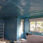 Auch wenn die Decke im Erdgeschoss im Prinzip nur als Rieselschutz für die Dämmwolle gedacht ist, so sollte dennoch sauber abgeklebt werden.