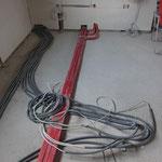 Dieser Wulst an Kabel wird die Kochinsel mit Strom und Licht versorgen. Außerdem befinden sich hier auch die Wasserleitungen für den Wasseranschluss der Spüle...