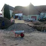Das Verteilen des Kies-Sandgemisches ist um ein Vielfaches angenehmer als den restlichen, schweren Lehm beiseite zu schaufeln.