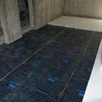 Im Keller (bzw. bei Häusern ohne Keller entsprechend auf die Bodenplatte) muss unter die Dämmung eine Dichtbahn gegen evtl. aufsteigende Feuchte verlegt werden.