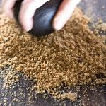 Erdnüsse werden zur Paste zerrieben, fazer puré de amêndoa