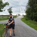 Der Gatte vor spaciger Brücke