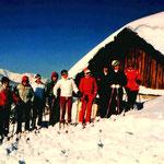 Hausfrauen Skikurs 1980 am Gipfellift der Buchensteinwand. Wer kennt diese Skihaserl. Bitte melden.