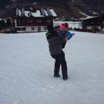 Trainer Peter beim Kinderweitwerfen ;-)