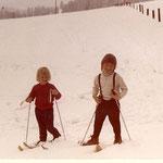 Eva und Gitti Hinterholzer beim Skifahren hinterm Elternhaus 1975