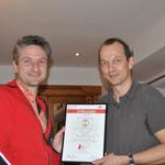 Markus Adelsberger überreicht Thomas Mach die Urkunde mit dem Qualitätssiegel vom ASVÖ