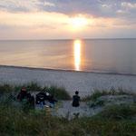 Heimliches Nachtlager am perfekten Strand. Kaliningrad, Russland
