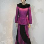 Kostüm, Vorderansicht, Oberteil mit abnehmbarem Echtpelzkragen, Artikelnummer 410