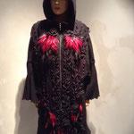 Mantel Wolle mit Kapuze mit dekorativen Schleifen und handgefertigten Blumen mit Federn, gefüttert; Artikelnummer 318