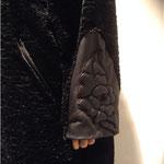 Mantel wie beschrieben, Ärmel mit Lederapplikationen