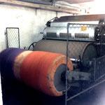 Nach dem Naturvlies läuft anschließend die von uns zuvor gefärbet Wolle über die Maschine