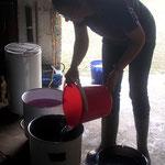 Die Kessel werden mit Wasser gefüllt. Die Garage des Nachbarn eignet sich hervorragend für diese Arbeit.