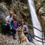Familienbild vor dem Tschauko-Wasserfall