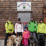 Gruppenftoto auf dem Gipfel - Amy, Akita, Bajuma und Dana