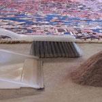 Vor der Wäsche werden die Teppiche gründlich ausgeklopft, Staub und Milben werden entfernt.