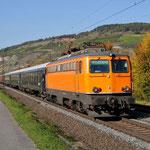 11 Oktober 2015: Thungersheim / 1142 635 Centralbahn met een sleeprijtuigen richting Wurzburg