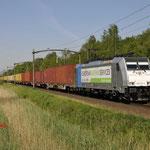 9 Mei 2016: Oisterwijk / 186 421 RTB Met een containertrein richting Venlo.
