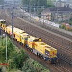 30 September 2014: Eindhoven / Strukton 303001 Met 2 werkmachines richting station Eindhoven.