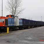 28 December 2014: Haanrade / 203 163 Locon (NBE) duwt de lege vuiltrein naar het laad-los spoor.