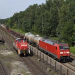 23 Augustus 2017: Duisburg Entenfang / 152 111 met gemengde goederentrein naar Köln-Gremberg. Parallel reed 294 707 die een spoorstaventrein ging ophalen bij Voestalpine.