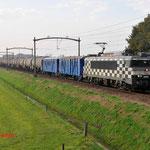 30 Oktober 2014: Hulten/ 1832 HSL Met 2 verblijfswagens en een keteltrein richting Den Bosch.