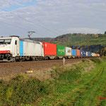 11 Oktober 2015: Himmelstadt / 185 638 boxXpress met een containertrein richting Wurzburg.
