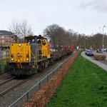 13 April 2015: Born / 6455 DBS Met 3 lege rongenwagens vanaf Born onderweg naar Sittard.