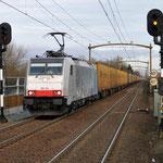 5 Januari 2014: Helmond brandevoort / 186 104 BLS met vol beladen Melzo-shuttle (trein 43654) naar de Waalhaven zuid.