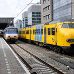 8 April 2016: Eindhoven / Rechts in beeld zien we stel 458 met daar voor de 482 en 451 en 203-1 onderweg naar Amsterdam. Links zien wel stel 2985 die nog wel naar Nijmegen mag