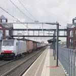 24 November 2017: Helmond Brandevoort / 186 102 LTE Met een containertrein richting Venlo.