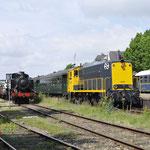 Simpelveld: Links de 4389 Met een goederentrein met achterop de 639 , rechts staat de 2205 van de SHD klaar met een trein naar Kerkrade.