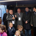 A gauche, Michel Louise, président du District de football, pour célébrer l'équipe de jeunes filles de Gavray