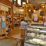 直売所では自社加工品と系列会社の卵がお土産に購入できます。