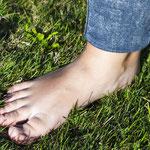 Barfuß auf Gras