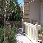 Garten und Parkplatz Pension Batosic Makarska