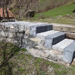 Treppe mit Natursteinmauer