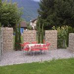 Terrasse mit Steinkörben als Sichtschutz