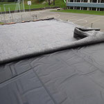Wasserspeichermatte auf Sarnafilfolie ausrollen