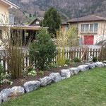 Einfassung mit Natursteinblöcken