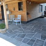 Granit-Naturplatten für befahrbaren Vorplatz und Hauseingang
