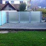 Sichtschutzwand mit Granitsäulen und Glaswand