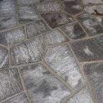 Granitplatten polygonal verlegt