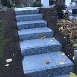 Treppe mit Granitstellplatten und Keramikplatten