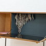 O. T., 2012, BUFFET AUF STAHLGESTELL / BÜTTEN, 105 X 150 X 45 CM