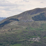 Blick vom Col d'Azet nach Peyragudes mit der leicht senkrechten Flug-Landebahn. Links im Bild der Col de Peyresourde