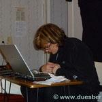 Anni bei der abendlichen Arbeit - Buchführung, Tagesberichte,Tourenplanung
